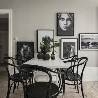 Nordisk inredning av en mellanstor matplats, med grå väggar, ljust trägolv och beiget golv