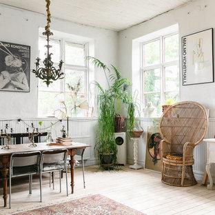 Inredning av en eklektisk matplats, med vita väggar, ljust trägolv och beiget golv