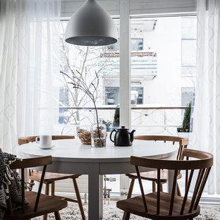 Foto på en mellanstor minimalistisk matplats, med vita väggar