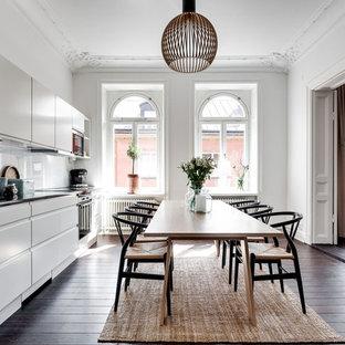 Idéer för ett mellanstort skandinaviskt kök med matplats, med vita väggar och mörkt trägolv