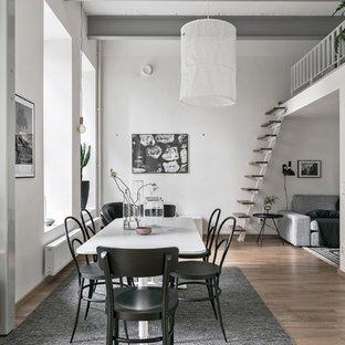 Exempel på en mellanstor nordisk matplats med öppen planlösning, med vita väggar, mellanmörkt trägolv och brunt golv