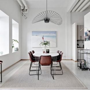 Idéer för mellanstora funkis matplatser, med vita väggar och vitt golv