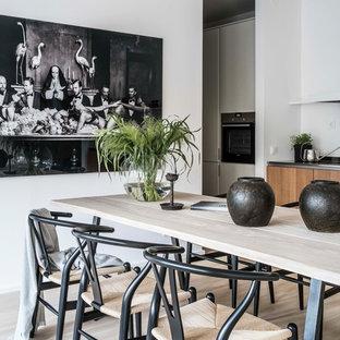 Bild på en skandinavisk matplats, med vita väggar, ljust trägolv och beiget golv
