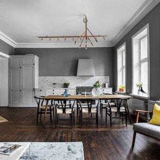 Exempel på en stor minimalistisk matplats med öppen planlösning, med grå väggar, mörkt trägolv och brunt golv