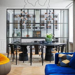 Inspiration för moderna matplatser med öppen planlösning, med ljust trägolv, beiget golv och vita väggar