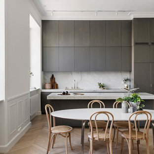 Idéer för ett modernt kök med matplats, med vita väggar, ljust trägolv och beiget golv