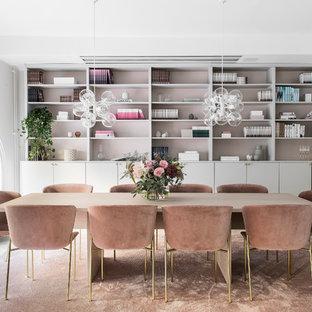 Idéer för funkis separata matplatser, med vita väggar, mellanmörkt trägolv och brunt golv