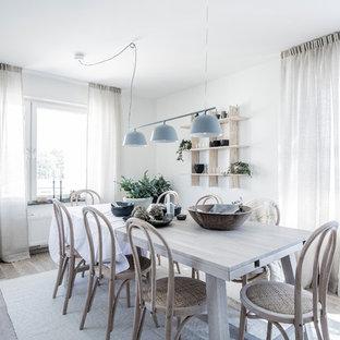 Bild på en mellanstor minimalistisk matplats, med vita väggar, ljust trägolv och beiget golv