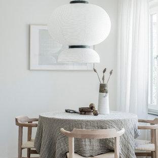 Foto på en liten nordisk separat matplats, med vita väggar, ljust trägolv och beiget golv