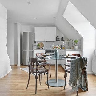 Idéer för mellanstora minimalistiska kök med matplatser, med vita väggar, beiget golv och ljust trägolv
