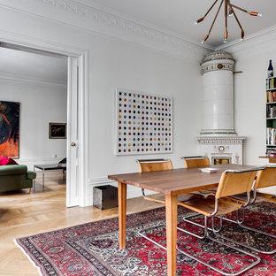 Idéer för en mellanstor eklektisk matplats, med vita väggar och mellanmörkt trägolv