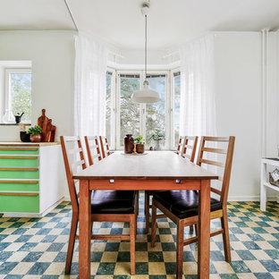Idéer för ett nordiskt kök med matplats, med vita väggar och flerfärgat golv