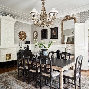 Inredning av en klassisk mellanstor separat matplats, med flerfärgade väggar, mellanmörkt trägolv, beiget golv och en standard öppen spis