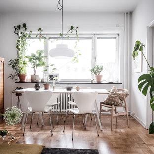 Inspiration för retro matplatser med öppen planlösning, med vita väggar, mellanmörkt trägolv och brunt golv