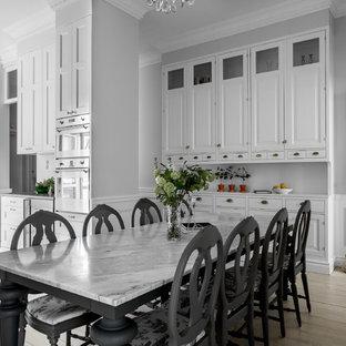 Foto på ett mycket stort vintage kök med matplats, med grå väggar och ljust trägolv