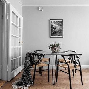 Inspiration för en mellanstor skandinavisk matplats med öppen planlösning, med grå väggar och ljust trägolv