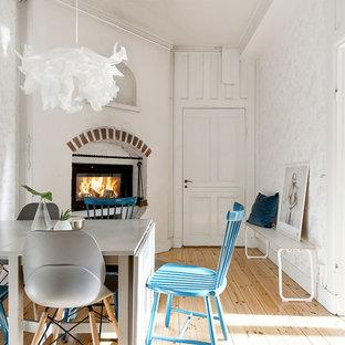 Inspiration för mellanstora nordiska matplatser, med vita väggar, ljust trägolv och en standard öppen spis