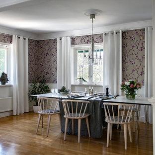 Idéer för en mellanstor klassisk separat matplats, med mellanmörkt trägolv, brunt golv och lila väggar