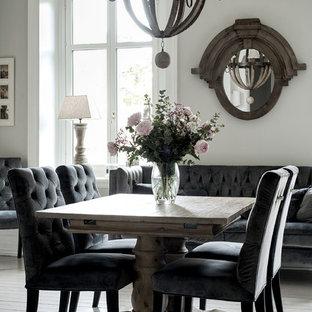 Inspiration för en stor vintage matplats, med vita väggar, mellanmörkt trägolv och grått golv