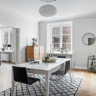 Inspiration för minimalistiska separata matplatser, med vita väggar, mellanmörkt trägolv och brunt golv