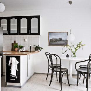 Bild på ett litet minimalistiskt kök med matplats, med vita väggar, ljust trägolv och beiget golv