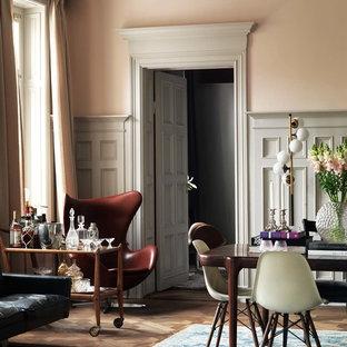Inspiration för en mellanstor eklektisk matplats med öppen planlösning, med rosa väggar och mellanmörkt trägolv