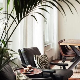 Foto de comedor urbano, de tamaño medio, abierto, sin chimenea, con paredes blancas, suelo de madera en tonos medios, marco de chimenea de hormigón y suelo beige