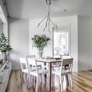 Inspiration för en nordisk matplats, med ljust trägolv, brunt golv och vita väggar