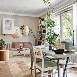 Diseño de comedor nórdico, pequeño, abierto, con paredes beige, suelo de madera en tonos medios y suelo beige
