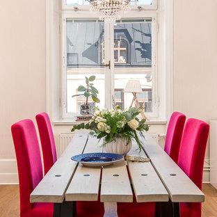 Ejemplo de comedor clásico renovado, de tamaño medio, cerrado, sin chimenea, con suelo de madera en tonos medios y paredes beige