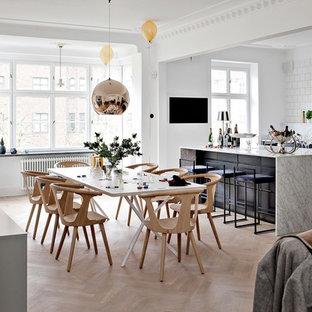 Bild på en stor minimalistisk matplats med öppen planlösning, med vita väggar, ljust trägolv och beiget golv