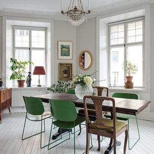 Идея дизайна: отдельная столовая среднего размера в викторианском стиле с белыми стенами и деревянным полом без камина