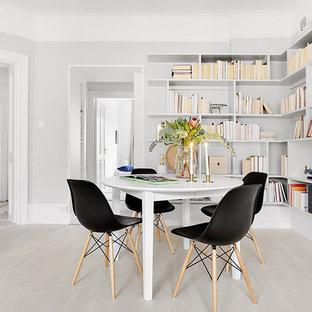 Bild på en mellanstor funkis matplats med öppen planlösning, med vita väggar och ljust trägolv