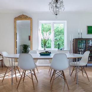 Inspiration för en vintage matplats, med vita väggar, beiget golv och ljust trägolv