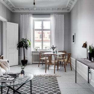Idéer för en mellanstor klassisk matplats, med grå väggar och målat trägolv