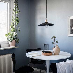 Minimalistisk inredning av en liten matplats, med blå väggar