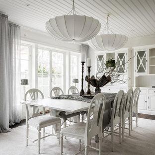 Bild på en minimalistisk matplats, med vita väggar, mörkt trägolv och blått golv