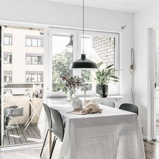 Inspiration för nordiska kök med matplatser, med vita väggar, mörkt trägolv och brunt golv