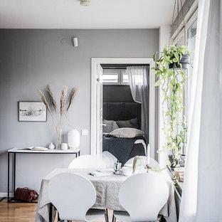 Inredning av en skandinavisk matplats, med grå väggar, mellanmörkt trägolv och brunt golv