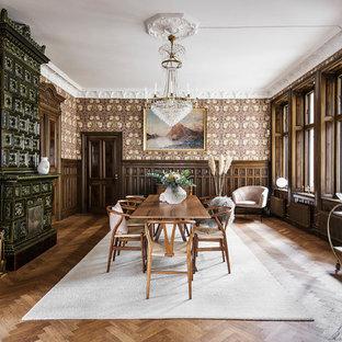 Idéer för skandinaviska separata matplatser, med flerfärgade väggar, mörkt trägolv, en standard öppen spis, en spiselkrans i trä och brunt golv