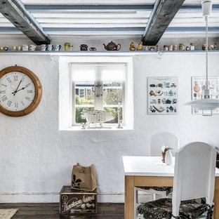 Inspiration för små lantliga separata matplatser, med vita väggar, tegelgolv och brunt golv