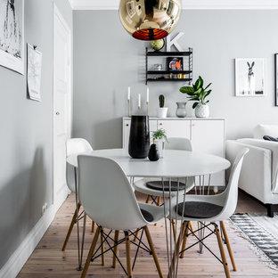 Exempel på en minimalistisk matplats, med grå väggar, mellanmörkt trägolv och beiget golv