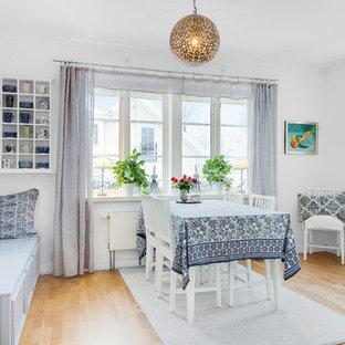 Bild på en nordisk separat matplats, med grå väggar, ljust trägolv och beiget golv