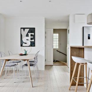 Inspiration för mellanstora skandinaviska matplatser, med vita väggar, ljust trägolv och beiget golv