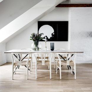 Inspiration för stora nordiska matplatser med öppen planlösning, med vita väggar, ljust trägolv och beiget golv