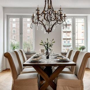 Inspiration för en mellanstor vintage separat matplats, med vita väggar, mellanmörkt trägolv och beiget golv