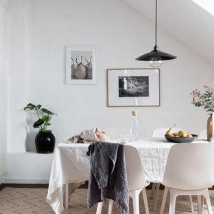 Idéer för ett mellanstort minimalistiskt kök med matplats, med vita väggar och brunt golv