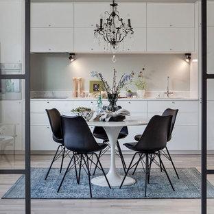 Idéer för skandinaviska kök med matplatser, med beiget golv