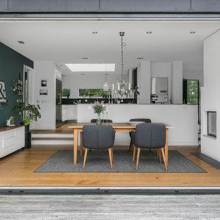 Foto på en mellanstor funkis matplats med öppen planlösning, med ljust trägolv och beiget golv