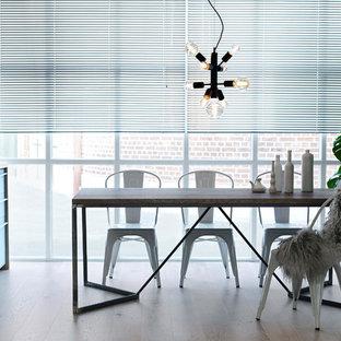 Inspiration för ett mellanstort nordiskt kök med matplats, med beiget golv, vita väggar och ljust trägolv